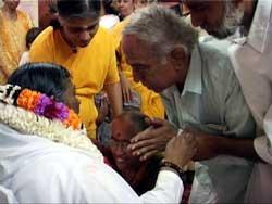 Lalgudi Jayaraman getting Amma's darshan